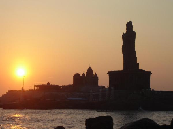 Sunrise in Kanyakumari (Thiruvallur statue and Vivekananda rock)