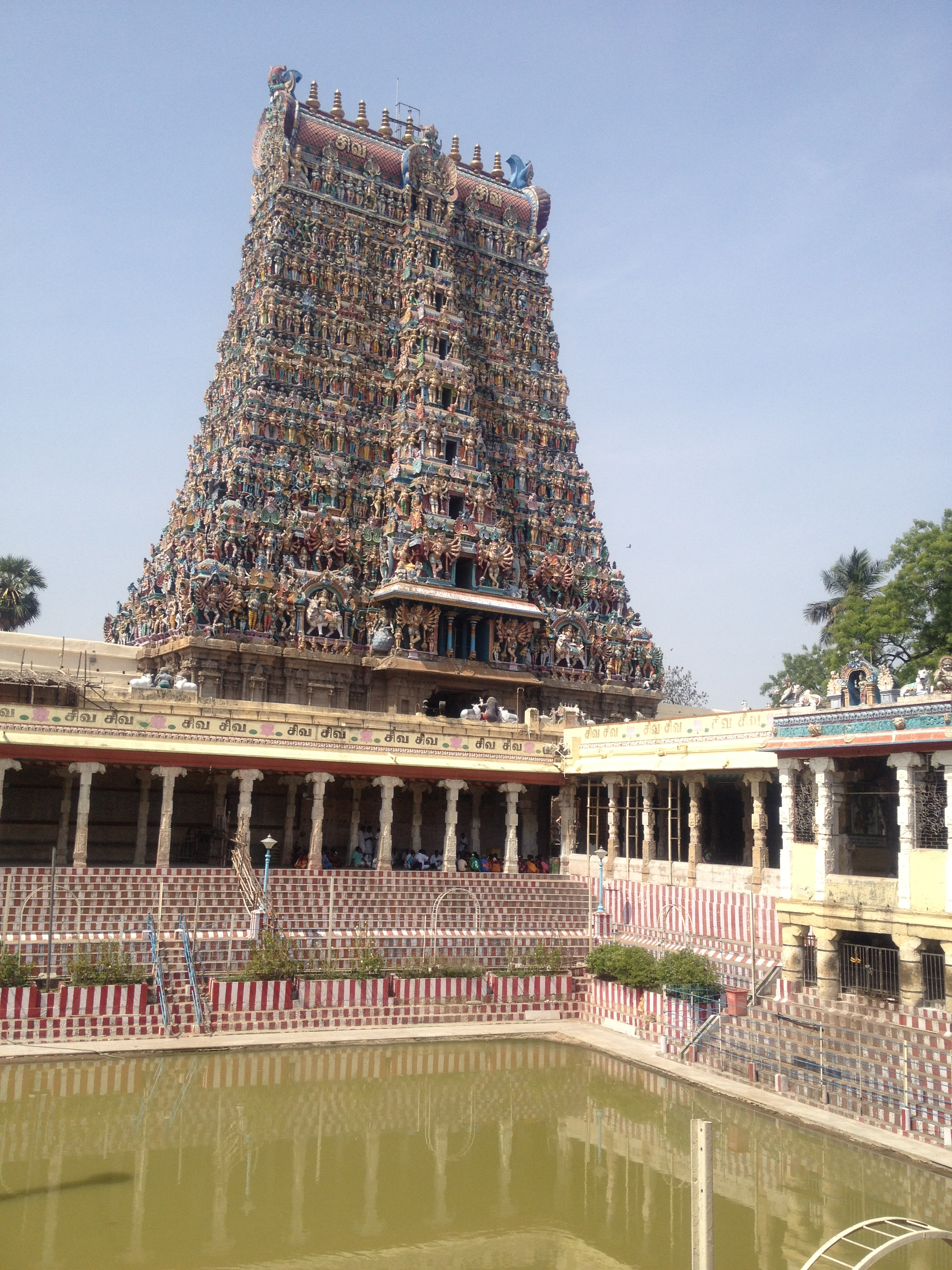 meenakshi temple The world renowned meenakshi sundareswarar temple popularly known as the madurai meenakshi temple dedicated to goddess parvathi and her consort shiva (called sundareswarar here) stands on the banks of the vaigai river in the 2500 year old temple.