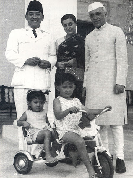 450px-Sukarno_with_children_and_Nehru