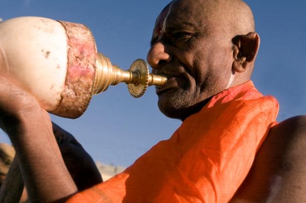 Hindu_priest conch_