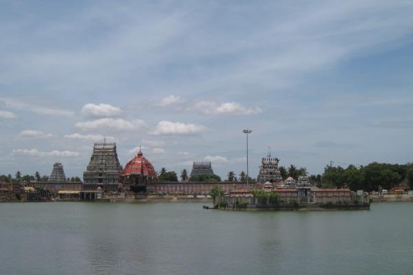 Tiruvarur_temple,_tank,_car