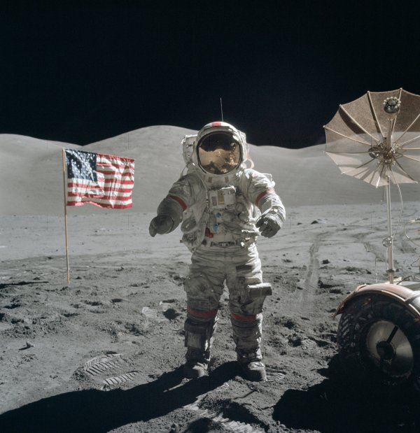 Apollo_17_Cernan_on_moon